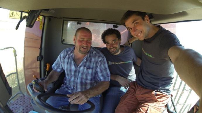 Les fondateurs du site ComparateurAgricole.com avec un agriculteur utilisateur de la plateforme de vente en ligne de céréales.