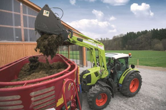 Claas Axion 400 chargement mélangeuse