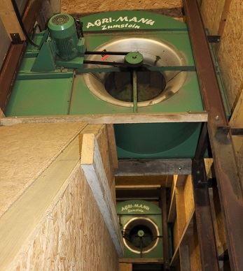 Deux ventilateurs (un pour chaque case) renvoient l'air de la toiture vers le dessous du fourrage.