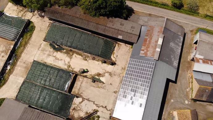 Visiter un bâtiment d'élevage, ça vous tente? Étienne Fourmont nous présente en vidéo sa stabulation «4 étoiles», comme il la décrit. Logettes paillées, brasseurs d'air, filet brise-vent, robots, panneaux solaires... : tout y est.