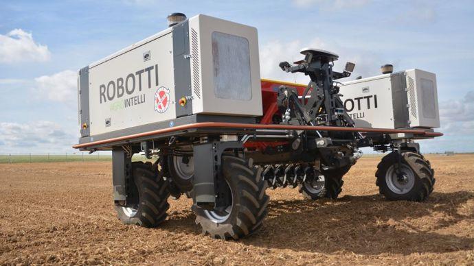 Robotti, déjà commercialisé, limite significativement le tassement du sol grâce à son poids modeste. Il peut travailler pendant seize à vingt heures en autonomie, grâce à une faible consommation de carburant