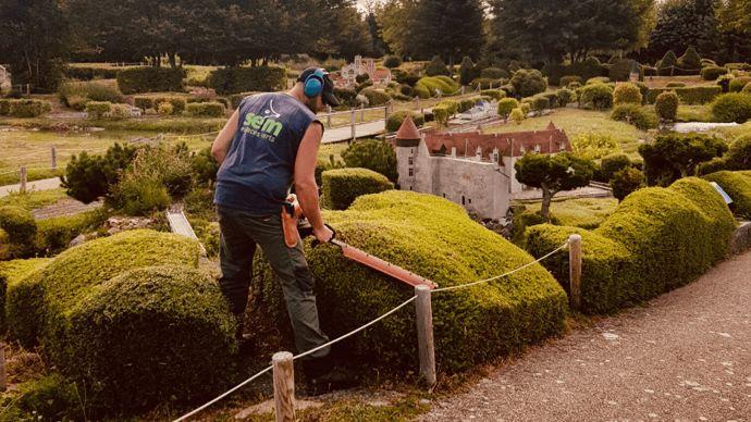 Entretien réalisé par les équipes de SEM Espaces Verts à la France Miniature (Yvelines).