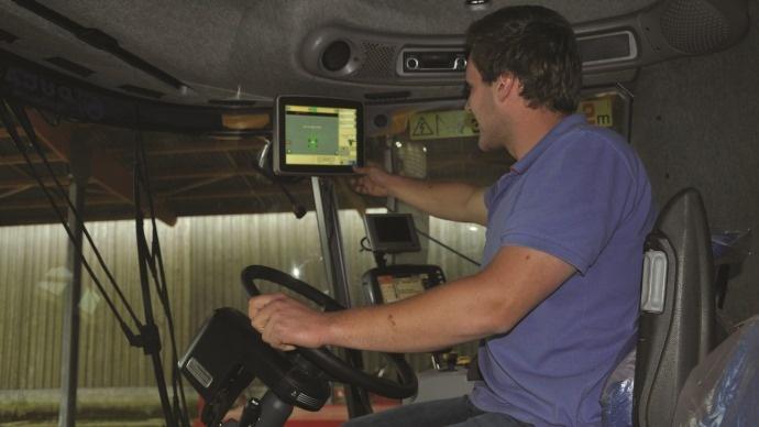 Chauffeur dans une cabine de tracteur