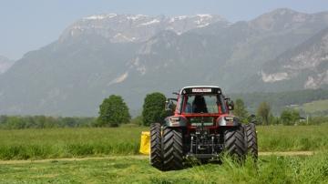 L'essai de l'essieu arrière directeur sur un chantier de fauche en Autriche