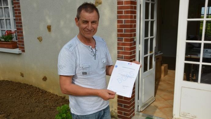 Son brevet de pilote en poche, Jean-Baptiste agriculteur dans l'Aube survole les parcelles du nord de la France avec son drone.