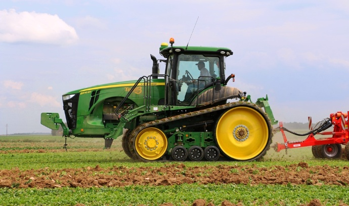 Vue de profil, c'est un tracteur assez surprenant. Le voici ici dans la Somme dans la ferme de Frédéric Carbonnaux. Chaque année entre 25 et 30 tracteurs 8RT sont commercialisés en France.