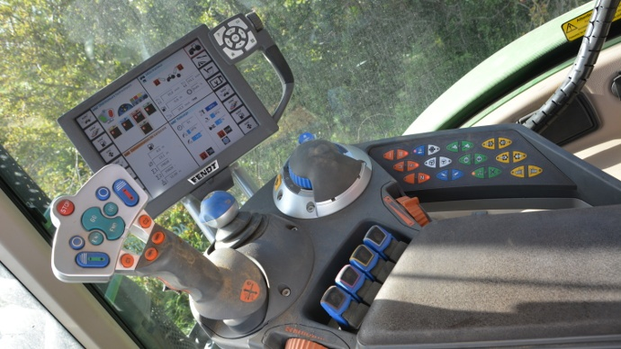 Les regroupement des commandes regroupées surl'accoudoir: un gage d' apporte une ergonomie et de un confort d'utilisation àl'utilisateur.