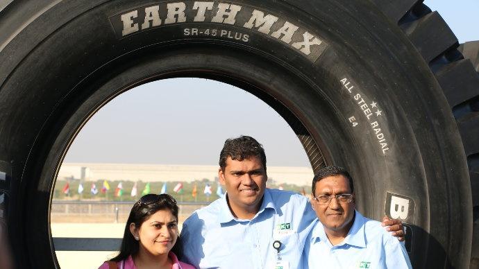 La famille Poddar de droite à gauche, Arvind, Rajiv et Khushbod son épouse