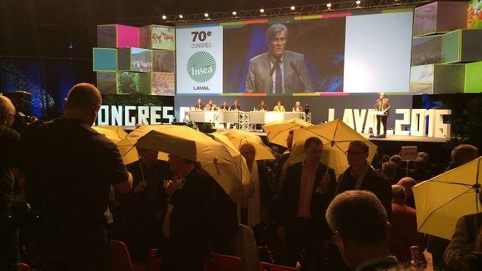 Stéphane Le Foll prononce son discours devant des agriculteurs dos à lui.
