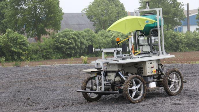 Le robot de l'Irstea est l'auxiliaire du tracteur grâce à une communication Wi-Fi