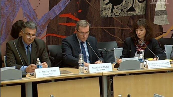 Antoine Herth et Germinal Peiro, lors de la présentation de leur rapport sur l'application de la loi d'avenir pour l'agriculture, en commission des affaires économiques de l'Assemblée nationale mardi 20 décembre 2016.