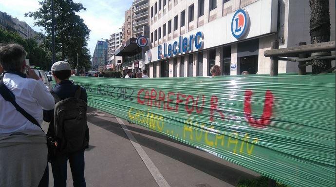 Action d'éleveurs devant un magasin Leclerc du Kremlin-Bicêtre, en banlieue parisienne, mercredi 17 mai 2017.