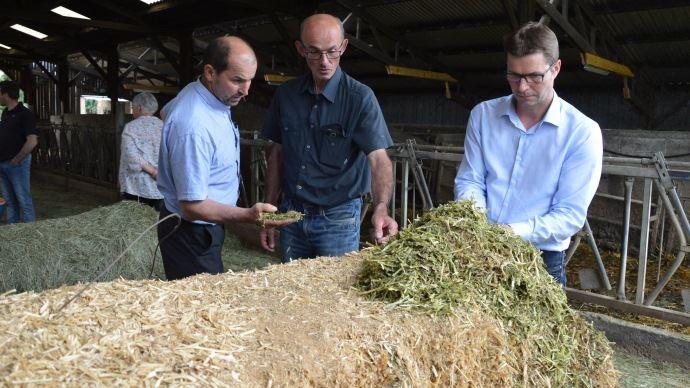 De gauche à droite, Philippe Etienne, président de Déshyouest, Bernard Botte, éleveur en Ille et Vilaine, et Samuel Maignan, directeur de la coopérative de déshydratation.