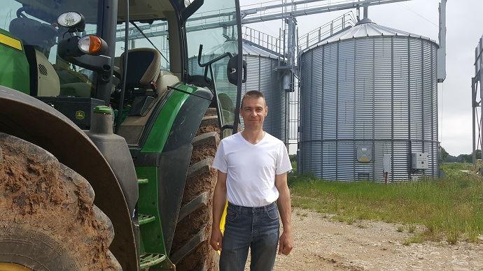 Emmanuel Kerckhove est installé à Augy-sur-Aubois depuis 2003, sur une exploitation de grandes cutures sur 360ha, dont 105ha de blé, 58ha d'orge d'hiver, 60ha de colza. Il a progressivement diversifié son assolement blé-orge-colza en intégrant du tournesol (45ha), du maïs (42ha) et du trèfle semence.