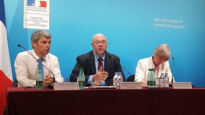 Le ministre de l'agriculture Stéphane Travert, entouré d'Olivier Allain, coordinateur des Etats généraux de l'alimentation, et Sophie Delaporte, sa directrice de cabinet.
