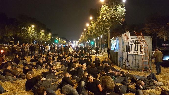 Environ 250 agriculteurs du bassin parision ont bloqué pendant plus de deux heures l'avenue des Champs-Elysées à Paris, pour protester contre la politique agricole et environnementale d'Emmanuel Macron.