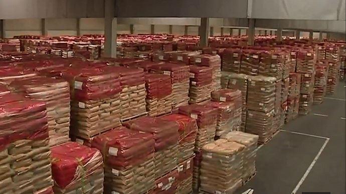 A Herstal, en Belgique, plus de 12000 tonnes de poudre de lait sont entassés dans des sacs. En France, les entrepôts abritent 71000t sur les 378000t que compte le stock européen de poudre de lait.