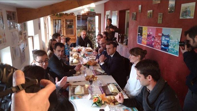 Emmanuel Macron a déjeuné avec les agriculteurs du Gaec des violettes, situé à Aurières, dans le Puy-de-Dôme. Il doit prononcer son discours au gymnase de Saint-Genès-Champanelle.