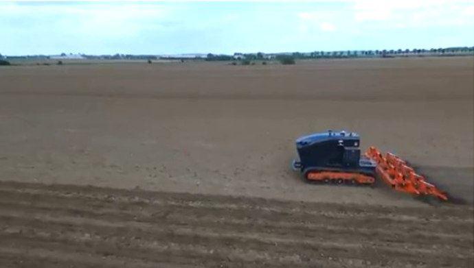 Travail du sol en cours pour le projet centeol 2018 organisé par Agreenculture