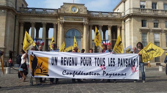 Des agriculteurs de la Confédération paysanne manifestaient mercredi 23 mai devant l'Assemblée nationale.
