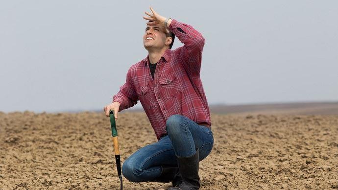 Agriculteur attendant la pluie