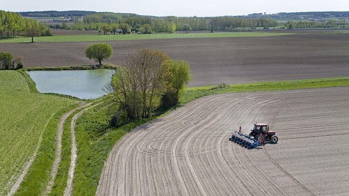 La disponibilité en eau pendant l'été est de plus en plus un enjeu majeur pour la sécurisation du niveau de production, et donc du revenu des agriculteurs.
