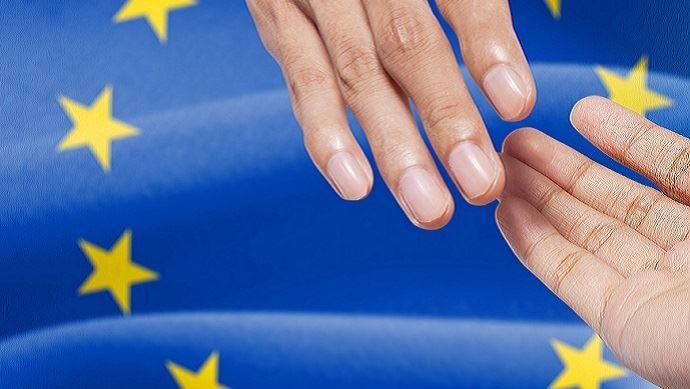 drapeau europeen et poignee de mains