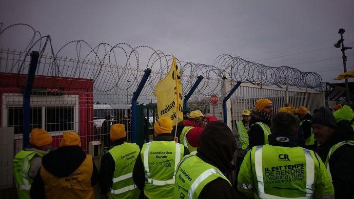 A l'entrée du port de Dunkerque, troisième port français pour les céréales, des agriculteurs de la Coordination rurale ont dénoncé les