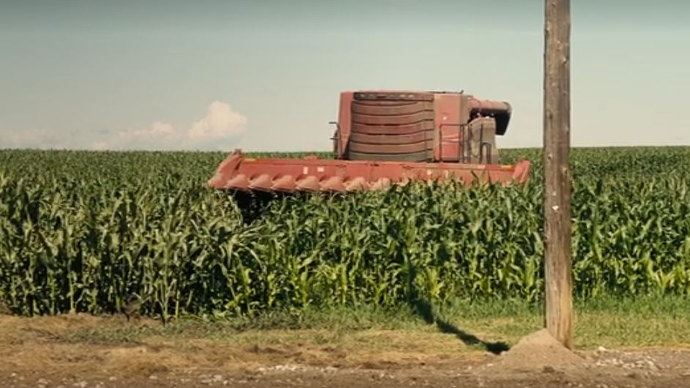 Capture d'écran du film Interstellar (2014) de Christopher Nolan, où une moissonneuse batteuse Case IH fonctionne sans chauffeur.