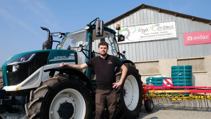 Nicolas Mensen avec son premier tracteur Arbos 5115 (115ch) en version mécanique à partir de 40000 euros, sur lequel est attelée une herse étrille de marque APV. Une version Powershift arrivera bientôt chez Négo Cérémat.