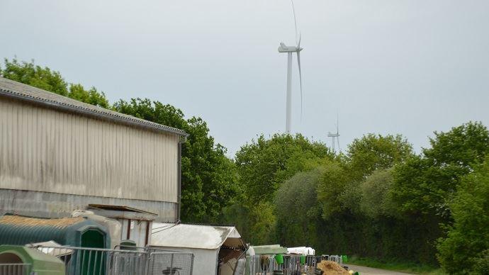 Problèmes de courants parasites en élevage bovin laitier à cause d'éoliennes