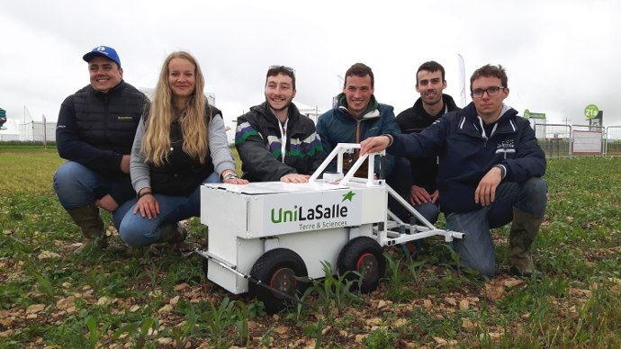 Les étudiants autour d'Unibot leur robot agricole