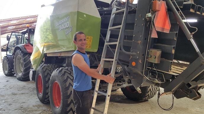 Simon Traullé, éleveur à Coulonvillers (80), prépare sa presse en vu des 1300 ballots de paille qui l'attendent.