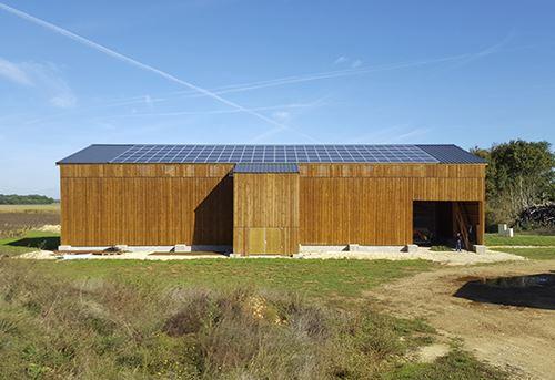 Base propose un panneau solaire qui produit de l'électricité et de l'air chaud pour le séchage en grange.