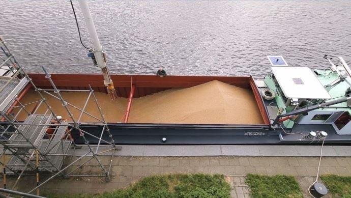 bateau avec un chargement de ble