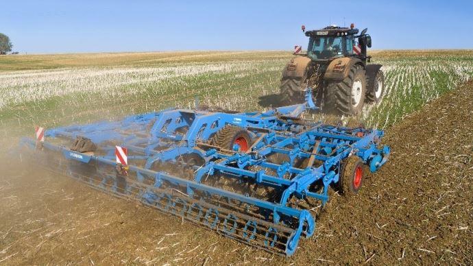 Le déchaumeur Koralin combine outil à disque et à dent pour lutter contre les adventices et détruire efficacement les couvert végétaux.