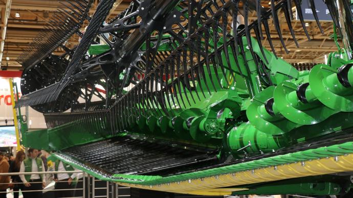 Une barre de coupe de 14m au châssis articulé était présenté à l'Agritechnica.