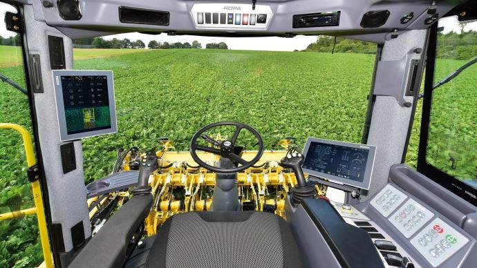 L'espace de pilotage a été entièrement revue avec deux nouveaux écrans tactiles et un joystick pour piloter le tapis de déchargement.