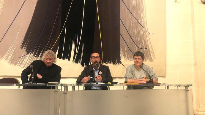 Le sénateur Joël Labbé, Nicolas Girod (porte-parole de la Confédération paysanne) et Véronique Marchesseau (secrétaire générale de la Confédération paysanne) dénoncent une industrialisation grandissante de l'agriculture