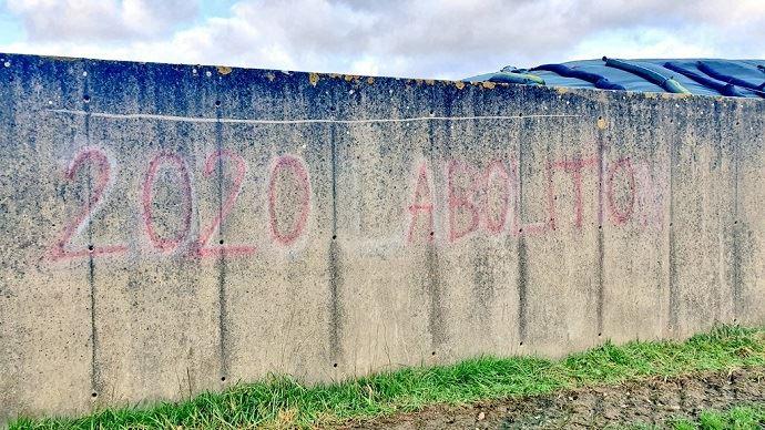 «2020 abolition» : le message laissé par les antispécistes sur l'exploitation d'Etienne Fourmont.