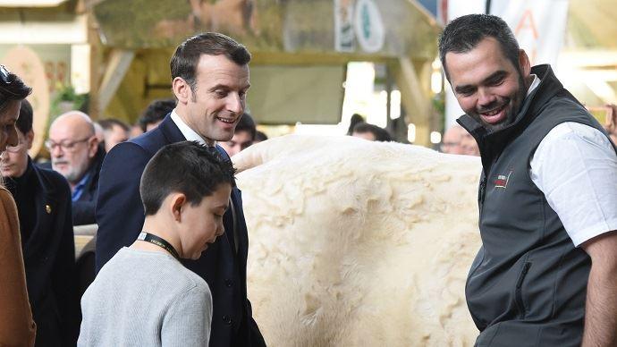 Emmanuel Macron avec Ideale et son éleveur