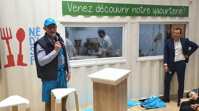 André Bonnard, créateur du projet Né d'une seule ferme, dévoile, avec le président d'Intermarché, le conteneur yaourterie, lundi 24 février au salon de l'agriculture.