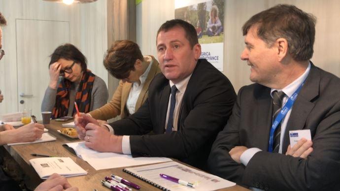 Jérôme Volle (au centre), président d'Agrica, lors d'un point presse au salon de l'agriculture, le 26 février