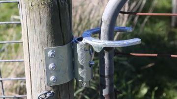 Fabriquer un loquet de porte automatique avec un fer à cheval et un verrou