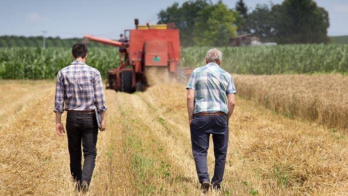 Agriculteurs de dos