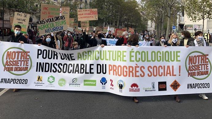À Paris, un collectif d'organisations, dont la Confédération paysanne, Greenpeace et Générations futures, ont manifesté pour exiger une inflexion dans les négociations de la prochaine Pac.