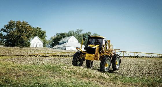 L'automoteur RoGator 1396 dispose d'une garde au sol de 1,3 mètre et d'un châssis s'articule selon la topographie de la parcelle