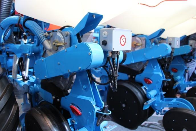 En bleu, le moteur et la distribution alimentée par une courroie.
