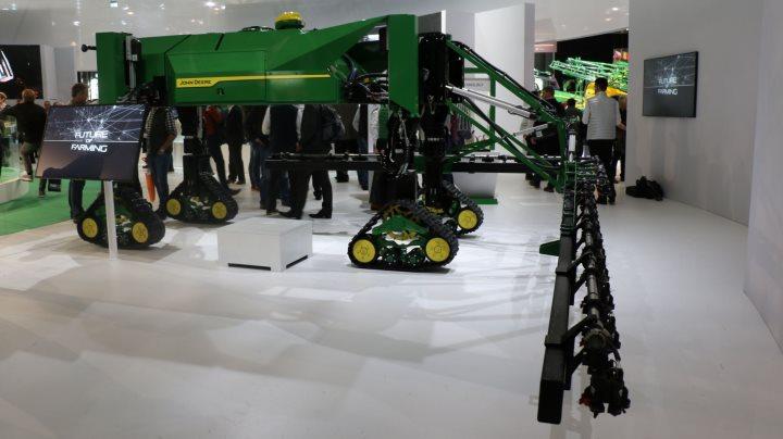 John Deere présente son robot désherbeur du futut : pilotage automatique, application de précision, identification rapide grâce aux capteurs qui prennent 33 photos par secondes !